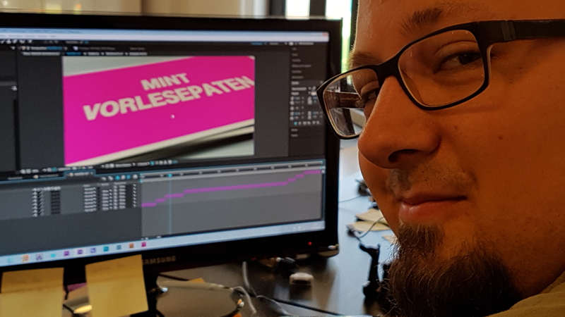 Julian erstellt die Slideshow mit Adobe After Effects.